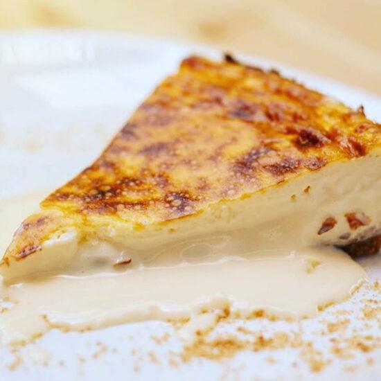 Tarta de queso. Restaurante en Cáceres. El Jardín de los Golfines, enclavado en el corazón del Casco Antiguo de la ciudad de Cáceres, ofrece un nuevo concepto gastronómico fusionado con la cocina Mediterránea y acompañado de una estética impecable.